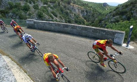 دوچرخهسواران در تور فرانسه. حتی طعم شکر نیز سبب میتواند افزایش استقامتشان شود. عکس از AP